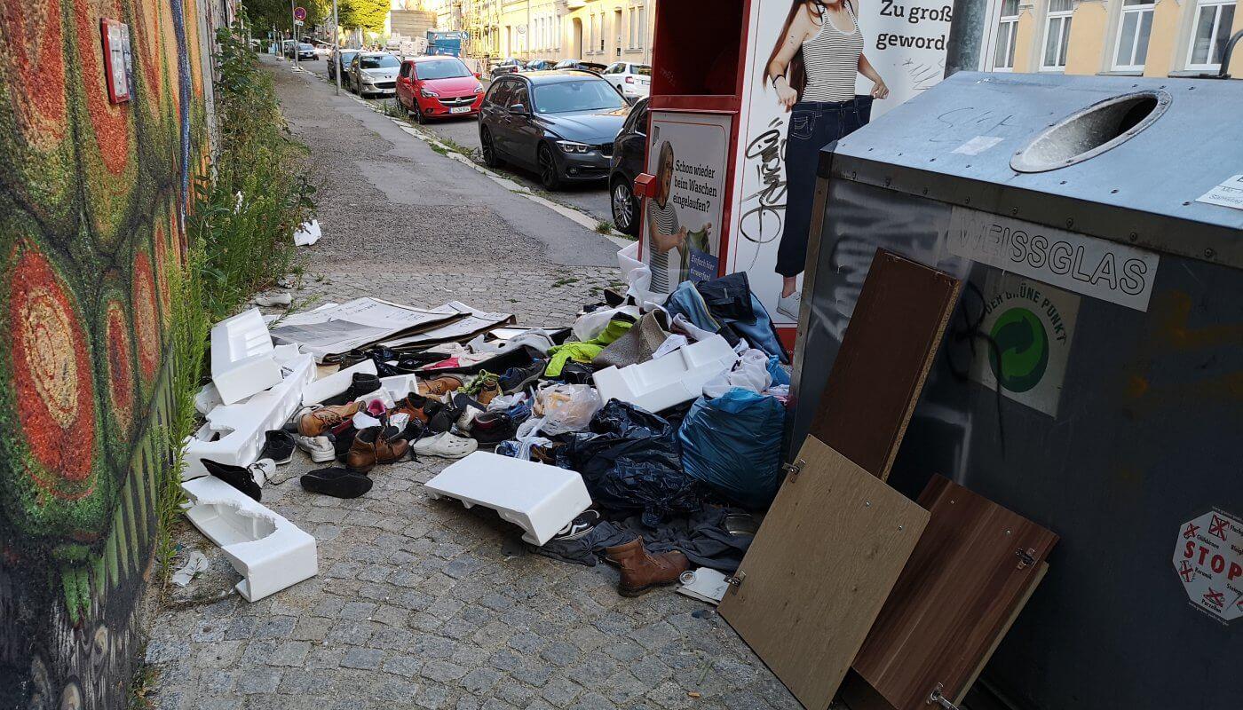 Müllberge neben Kleiderspendecontainern