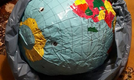 Weltkugel im Müll