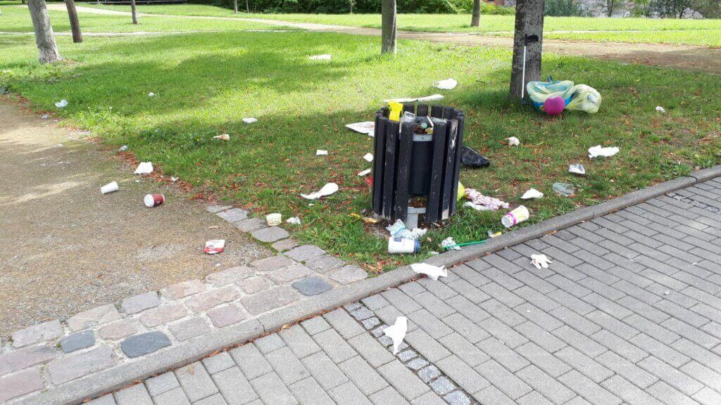 Müll mit Mülleimer